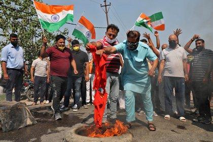Manifestantes indios queman una bandera china en Jammu (Reuters/ Mukesh Gupta)