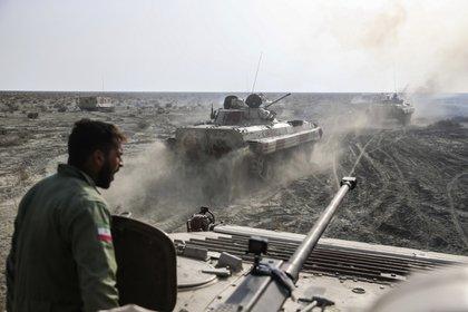 Transportes blindados de tropas durante la maniobras (Ejército iraní via AP)