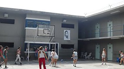 Según las internas, los vecinos de los alrededores de la cárcel La Badea alertaron a la Policía una noche sobre la situación.