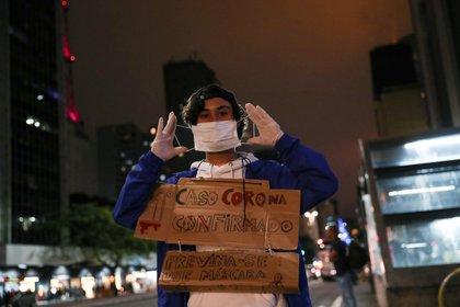 Un estudiante brasileño pide precaución en San Pablo (Reuters)