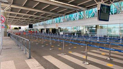 Señalización para filas al aire libre en el aeropuerto internacional de Ezeiza