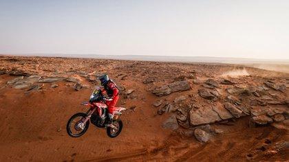 En el aire con su Honda CRF 450 Rally (Prensa Dakar).
