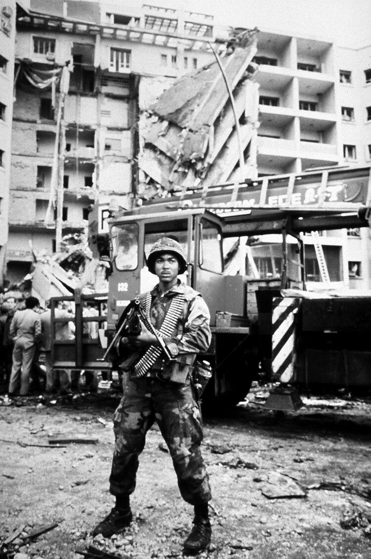 Dos marines frente a la embajada de los Estados Unidos en Beirut, luego de ser destruida por un ataque terrorista con bomba de Hezbollah. Los marines eran parte de una fuerza internacional de paz (Defense.Gov)