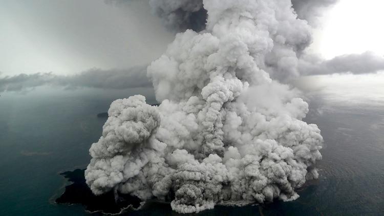 Altas nubes de humo por la erupción del volcán Anak Krakatoa