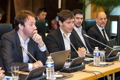 El secretario de Finanzas, Pablo López (izquierda), el ministro de Economía, Axel Kicillof (centro), y el secretario de Legal y Administrativo, Federico Thea (derecha)<br>  162
