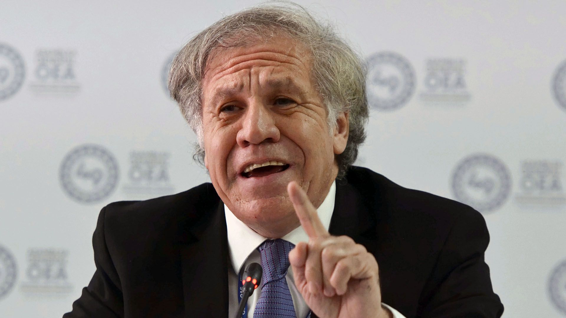 El Secretario General de la OEA Luis Almagro durante una conferencia de prensa durante la Asamblea General del organismo en Medellín  (AP /Luis Benavides)