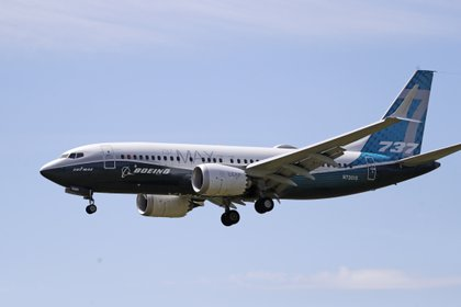 ARCHIVO - En esta fotografía de archivo del lunes 29 de junio de 2020, un avión Boeing 737 Max se dirige a un aterrizaje en el Boeing Field luego de un vuelo de prueba en Seattle. (AP Foto/Elaine Thompson, archivo)