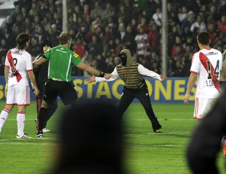 Los encapuchados que interrumpieron la promoción contra Belgrano en 2011 (FotoBaires)