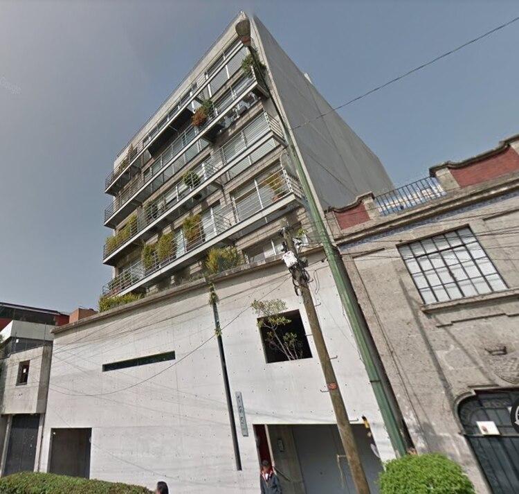 Este es el edificio donde Vanessa cayó, el departamento se ubica en el tercer piso y ella fue encontrada a seis metros de distancia, en la banqueta Foto: (Google Maps)