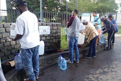 La sequía en Ciudad del Cabollevó al racionamiento de agua, actualmente de 70 litros por persona.