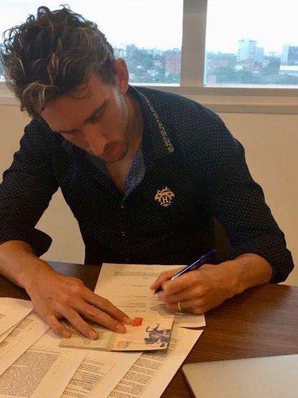 Ignacio Fideleff cuando firmó el contrato con el IBV de Islandia