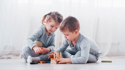 Algunos padres optan por burbujas sociales para la prevención del COVID-19 (Shutterstock)