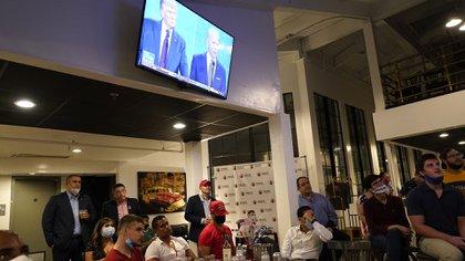 Gente en un bar de Miami (AP Photo/Lynne Sladky)