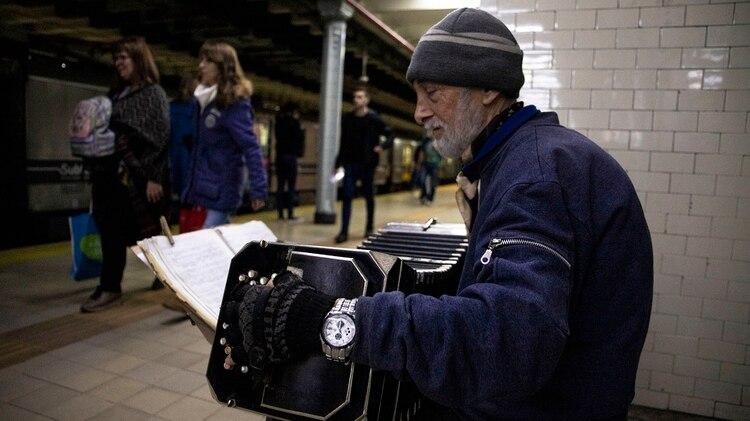 Enrique tiene la partitura enfrente pero no la usa. Dice que tocar con la memoria lo ayuda a interpretar mejor la melodía