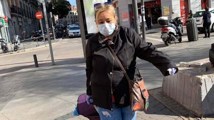 Los madrileños usan mascarillas para hacer sus últimas compras ante el decreto del Gobierno que limitará la circulación (Foto: Facundo Pechervsky)