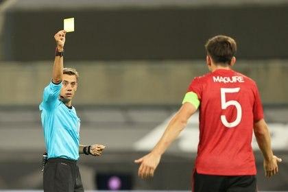 Los árbitros muestran menos tarjetas amarillas a los equipos visitantes desde que no hay público por la pandemia (Reuters)