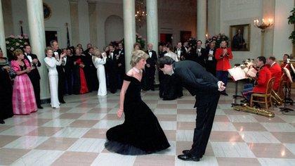 El vestido con el que Lady Di bailó con John Travolta en la Casa Blanca sale a subasta por £240.000