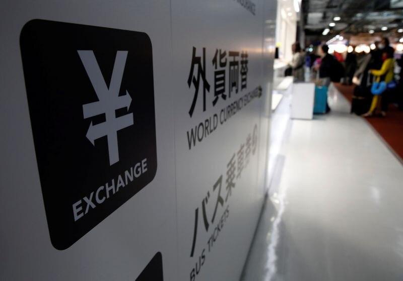 FOTO DE ARCHIVO: El símbolo del yen japonés en una casa de cambio de divisas en el aeropuerto internacional Narita, cerca de Tokio, Japón, el 25 de marzo de 2016. REUTERS/Yuya Shino