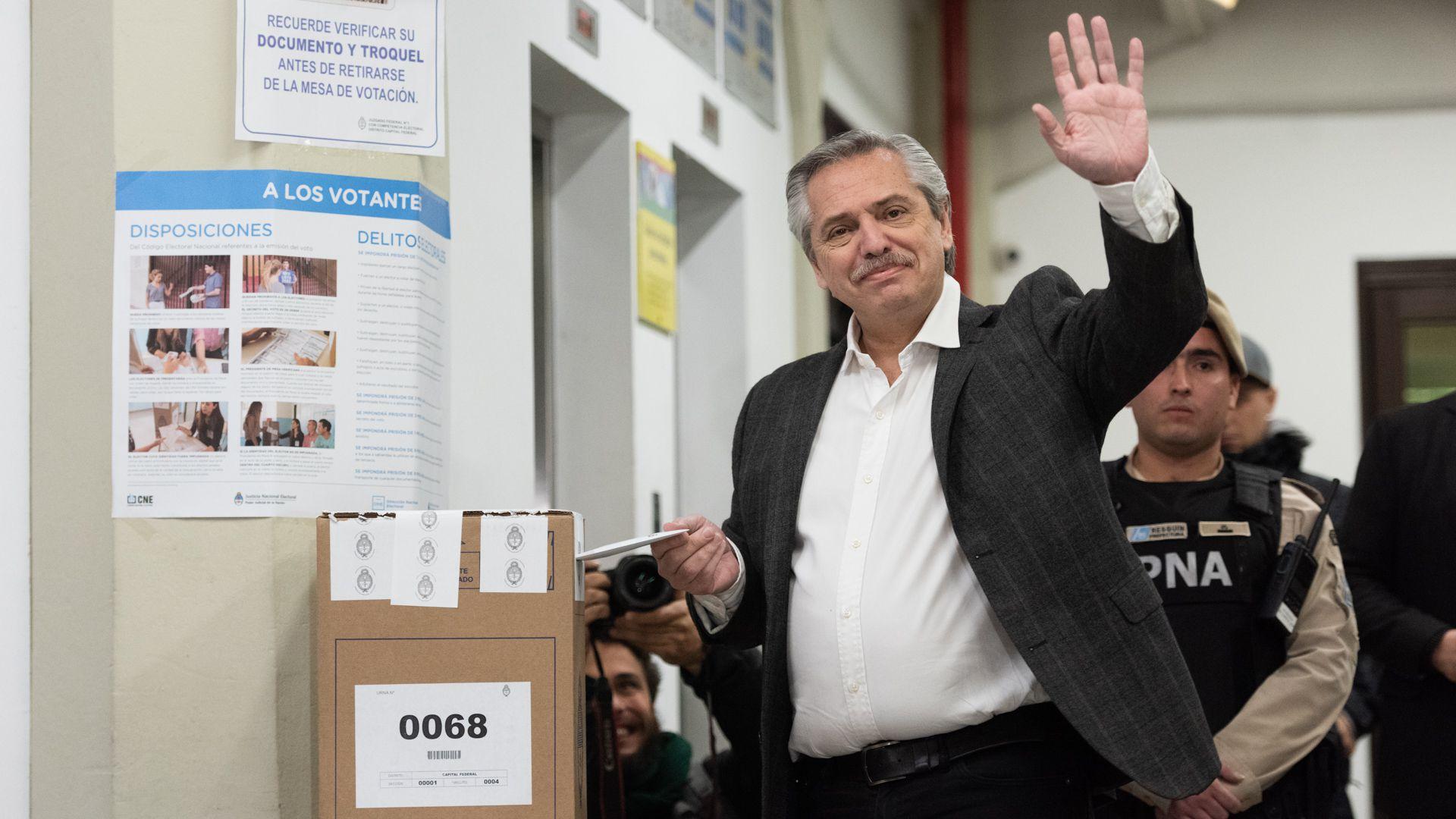 Alberto Fernández votó en la Universidad Católica. Volvió a criticar el escrutinio provisorio