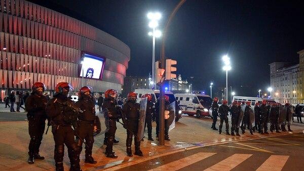 El fuerte operativo policial desplegado en San Mamés (AFP)