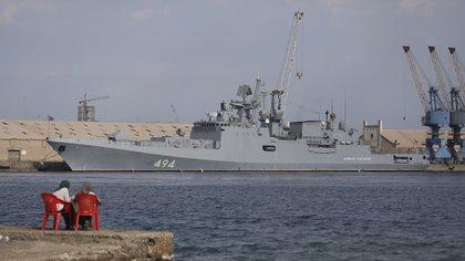 La fragata rusa Almirante Grigorovich atracada en Puerto Sudán, Sudán (AP)
