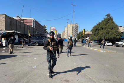 Un efectivo de las fuerzas de seguridad en el lugar del atentado (REUTERS/Thaier al-Sudani)