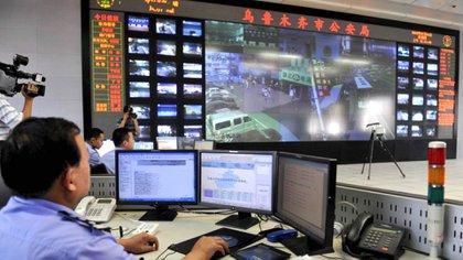 Si hay una coincidencia entre la lectura facial de las cámarasy la base de datos de las autoridades, los agentes de policía reciben información del sospechoso