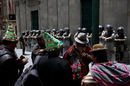 Miembros del Sindicato de Trabajadores de Bolivia (COB) son vistos fuera del palacio presidencial, en La Paz, Bolivia, 19 de noviembre de 2019. REUTERS / Manuel Claure
