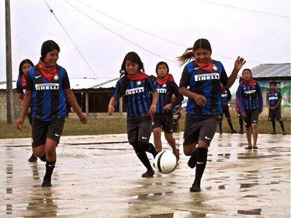 En las escuelas del Inter de Milán se entrena a niñas y niños (Foto: Twitter / @inter_latino)