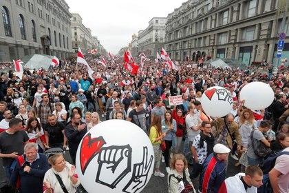 Cientos de miles de personas en la manifestación de la oposición para protestar frente a los resultados de las elecciones presidenciales en Minsk, Bielorrusia, el 23 de agosto, 2020. El país está movilizado ante el atropello institucional de Alexander Lukashenko (Reuters)