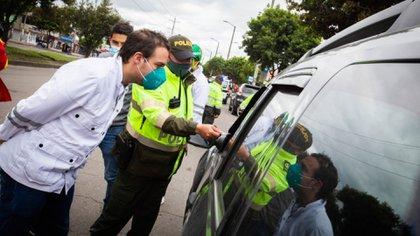 El secretario de Gobierno, Luis Ernesto Gómez, salió junto a la Policía a verificar el cumplimiento de las medidas en Bogotá.