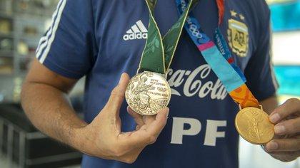 Roberto Ayala luce con orgullo sus dos medallas olímpicas (Gastón Taylor)