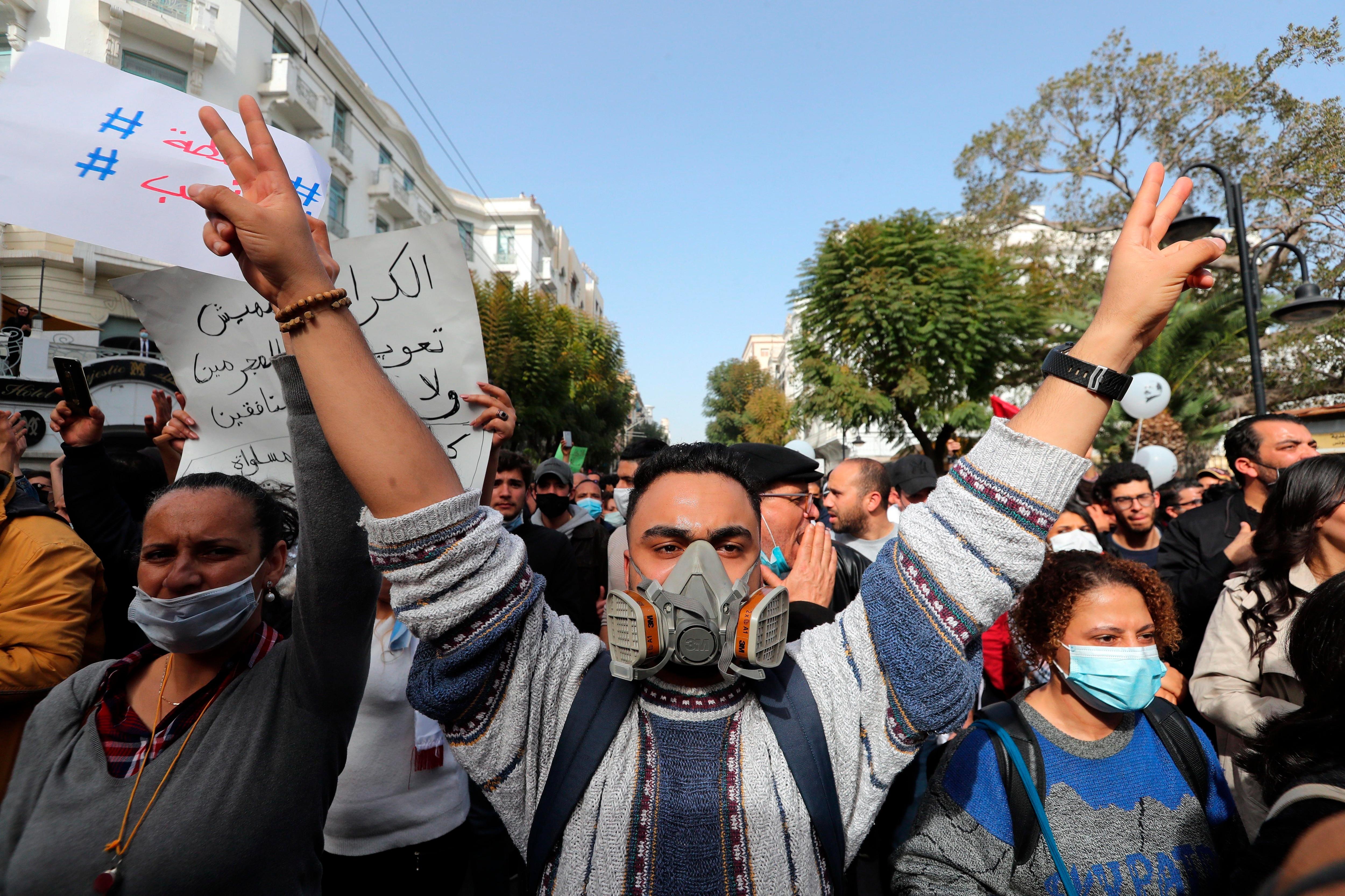 Cerca de medio millar de tunecinos volvieron a salir a las calles por tercer sábado consecutivo para reclamar la liberación de los más de mil ciudadanos detenidos en las últimas semanas y denunciar la violencia policial. EFE/EPA/MOHAMED MESSARA