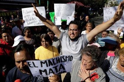 Docenas de personas protestaron afuera de la escuela de la menor (Foto: Reuters/Luis Cortes)