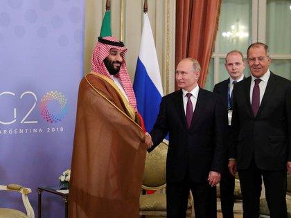 El presidente ruso, Vladimir Putin, y el príncipe y hombre fuerte de Arabia Saudita, Mohammed bin Salman, fueron muy efusivos cuando se encontraron en Buenos Aires en la reunión del G-20. Pero sobre el petróleo no se ponen de acuerdo (Reuters)