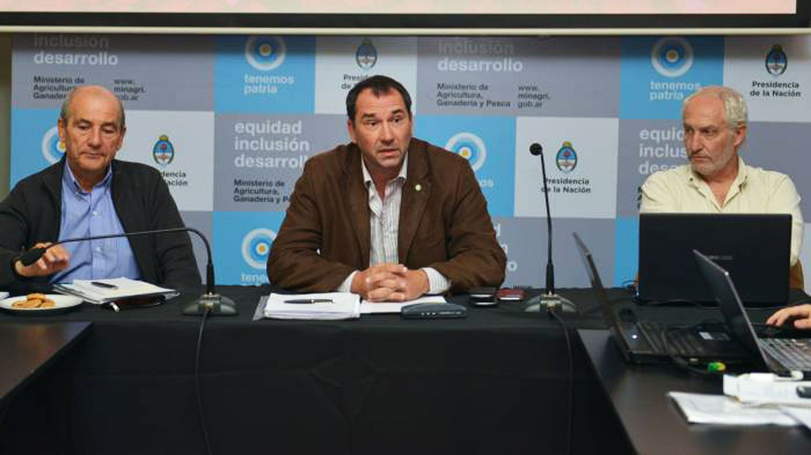 """Luciano Zarich (medio) es el subinterventor designado por el Gobierno para entablar los procedimientos ante el eventual """"rescate"""" de Vicentín"""
