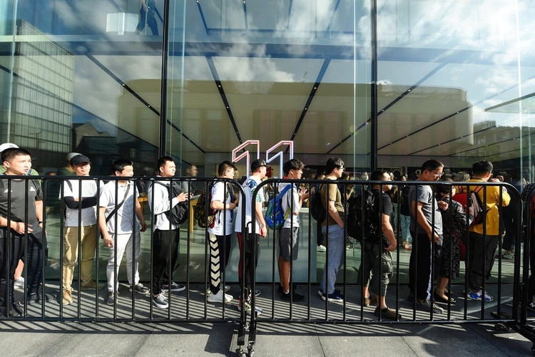 Clientes haciendo fila en un Apple Store en Guangzhou, China(Photo by STR / AFP).