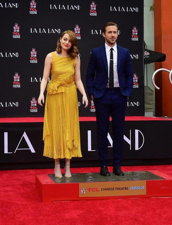 El amarillo puede ser complicado, pero la actriz sale airosa con este diseño vaporoso de Rochas, de largo midi y con falda plisada (AFP PHOTO / Frederic J. BROWN)