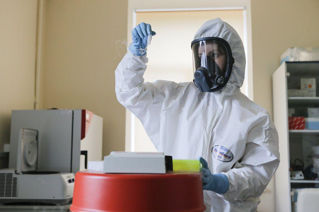Una investigadora trabajando en el laboratorio de la vacuna rusa FIDR