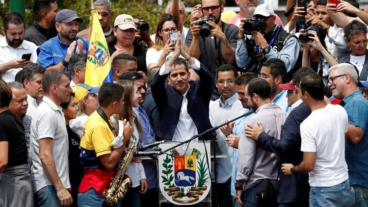 Juan Guaidó desnudó la debilidad que enfrenta por estas horas la dictadura de Nicolás Maduro y generó un temblor en los regimientos (Reuters)
