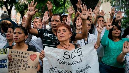 Un grupo de personas participaron este lunes en una manifestación frente al Hospital de Niños José Manuel de los Ríos, por falta de trasplantes y tratamientos médicos en Caracas (Venezuela) EFE