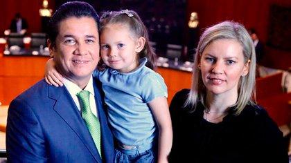Moira Gough con su marido, Carlos Puente, y su hija Mía