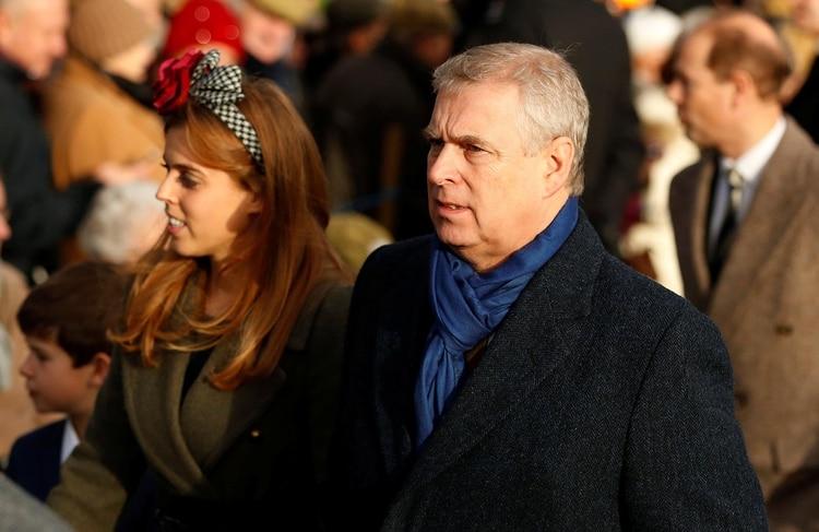 Beatrice y su padre, el polémico príncipe Andrés, en la Navidad de 2016 (Reuters)