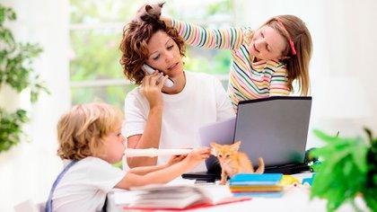 El problema de tener que trabajar en casa y al mismo tiempo cuidar de los chicos que no están autorizados a salir con otra persona (Shutterstock)