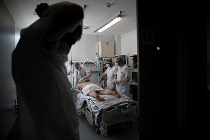 Un paciente en una unidad de terapia intensiva del hospital Robert Ballanger de Aulnay-sous-Bois cerca de Paris (REUTERS/Gonzalo Fuentes)
