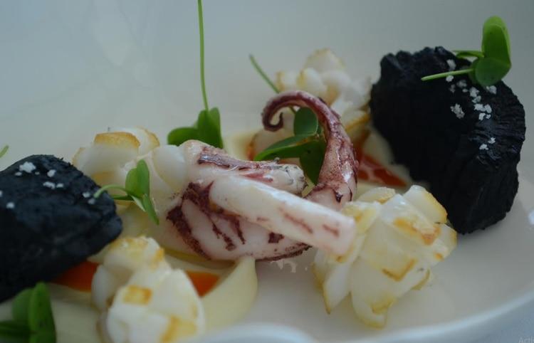 Calamares con yuca carbonizada, tercer plato del Menú de pasos de Mirazur
