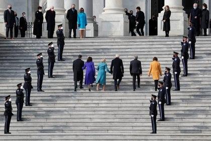 Joe Biden, Jill Biden, Kamala Harris, Doug Emhoff, Roy Blunt y Amy Klobuchar llegan a la inauguración (REUTERS/Mike Segar)