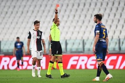 El momento de la expulsión de Fabio Lucioni (REUTERS/Massimo Pinca)