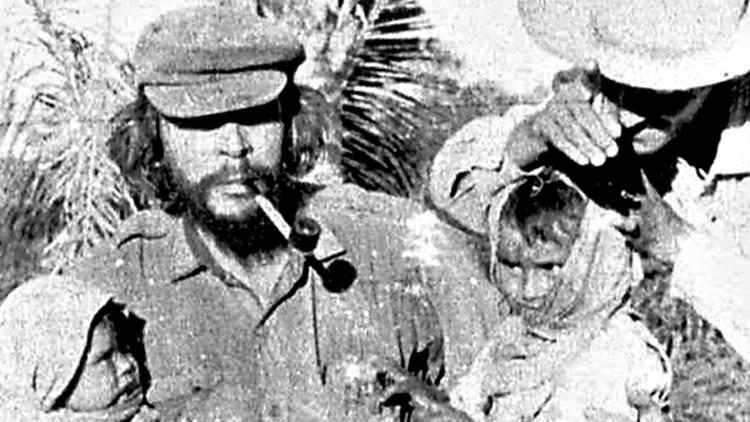 El Che Guevara realizando obras sociales en la selva boliviana