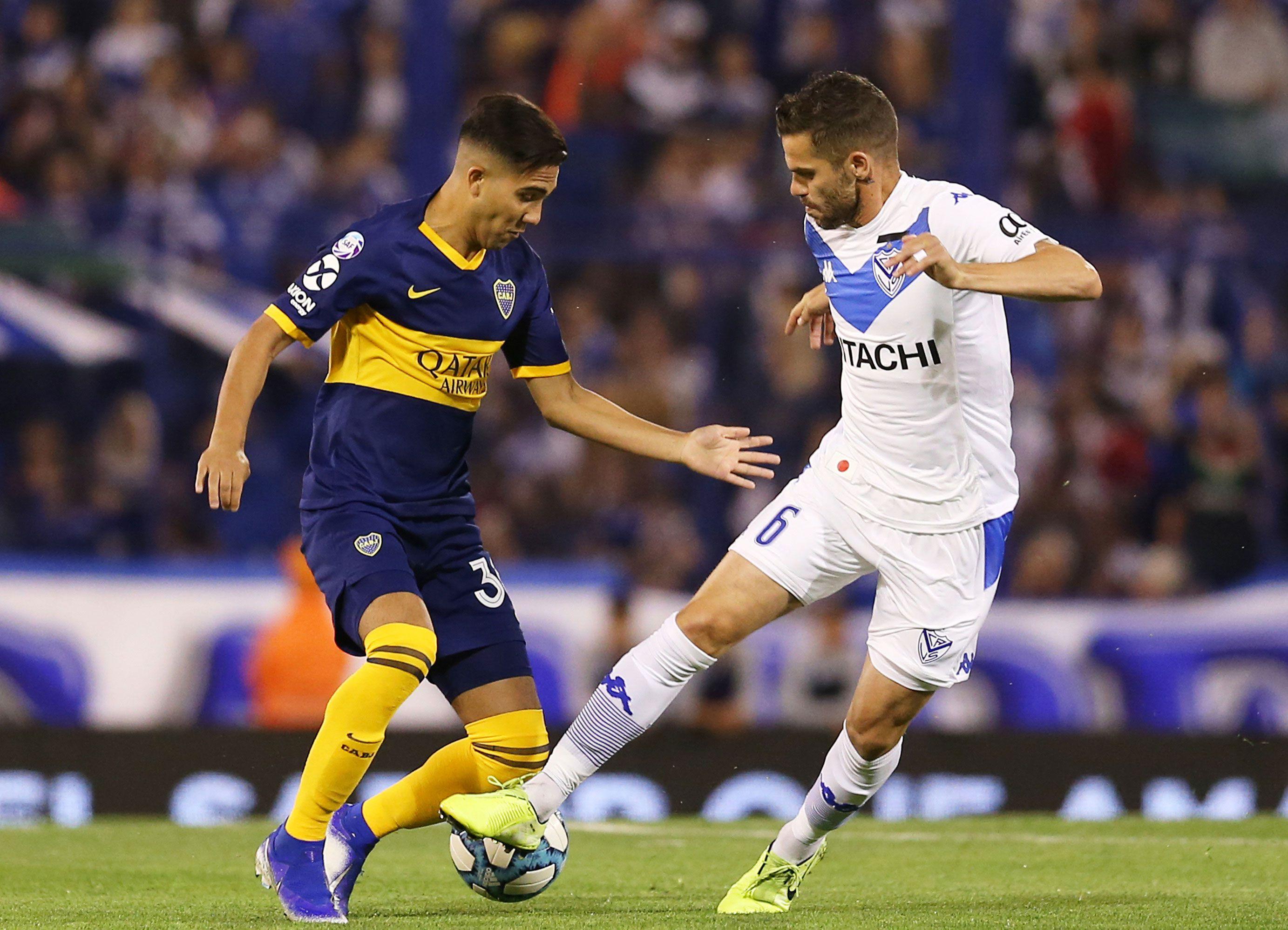 Gago -primer partido ante Boca desde su partida- lucha por la pelota con Bebelo Reynoso (Fotobaires)